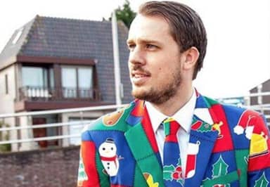 Guy Gets 1,609 Tinder Matches In One Week By Wearing Christmas Suits