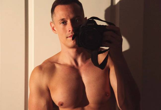 davey wavey takes a selfie in the mirror