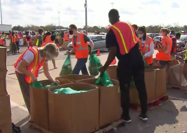 Volunteers give food in Texas