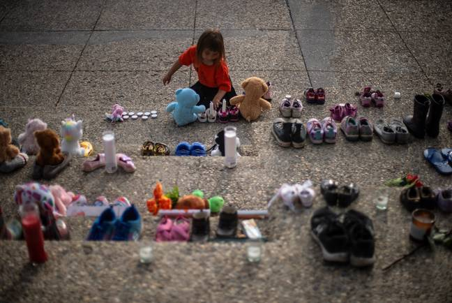 Shoes left in recognition of the discovery of more than 200 children's remains in Kamloops (PA)