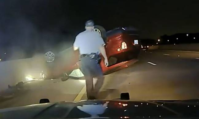Officer Dunn approaching flipped car (thes1ngingdetective/Reddit/Arkansas State Police)