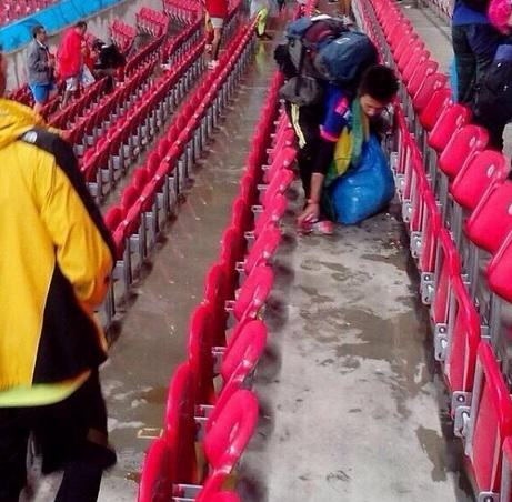 Japan Supporters Clean Up Their Mess After World Cup Defeat japan3