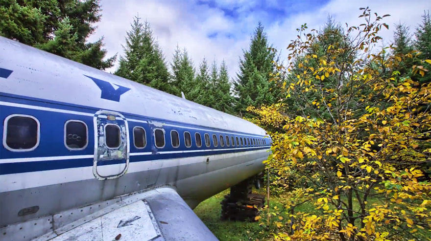 This Man Lives In A Boeing 727 In The Middle Of The Woods retired boeing 727 recycled home bruce campbell 13