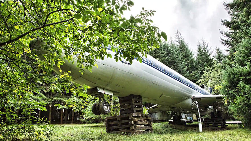 This Man Lives In A Boeing 727 In The Middle Of The Woods retired boeing 727 recycled home bruce campbell 14