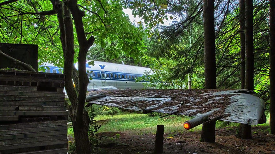 This Man Lives In A Boeing 727 In The Middle Of The Woods retired boeing 727 recycled home bruce campbell 16
