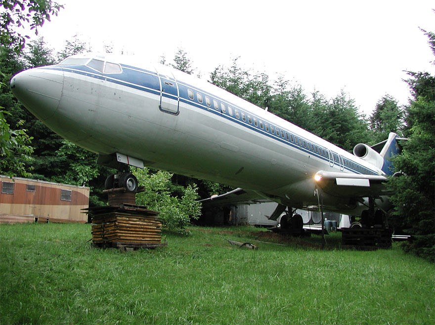 This Man Lives In A Boeing 727 In The Middle Of The Woods retired boeing 727 recycled home bruce campbell 18