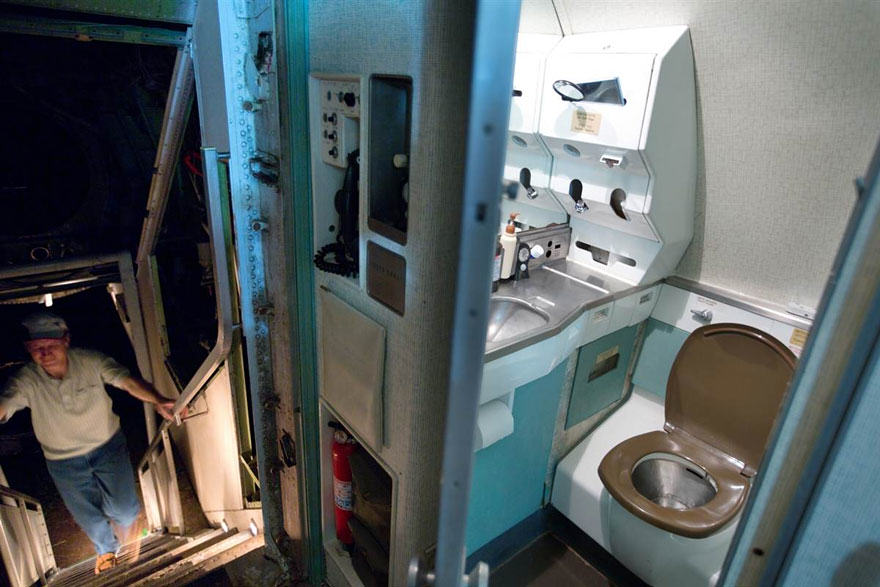 This Man Lives In A Boeing 727 In The Middle Of The Woods retired boeing 727 recycled home bruce campbell 4