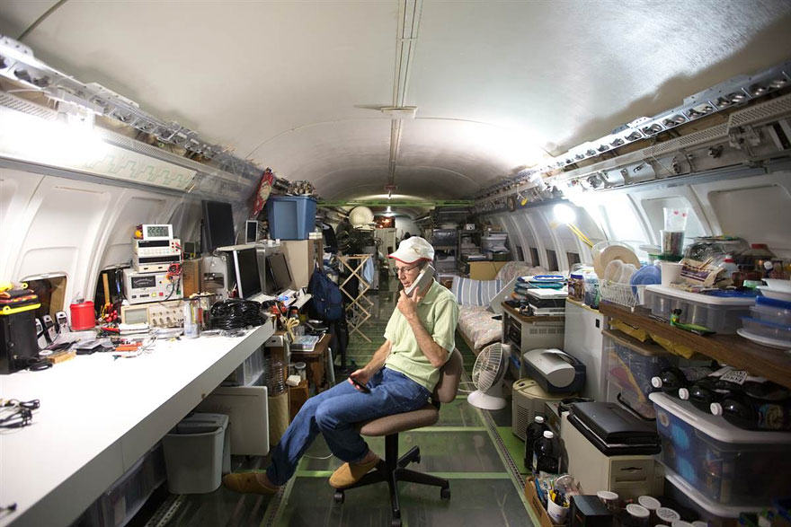 This Man Lives In A Boeing 727 In The Middle Of The Woods retired boeing 727 recycled home bruce campbell 6