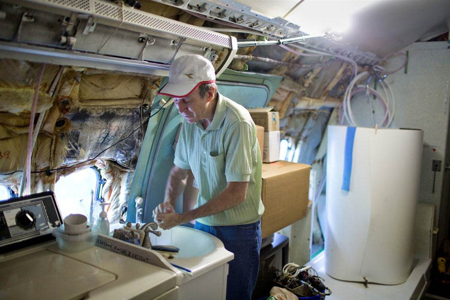 This Man Lives In A Boeing 727 In The Middle Of The Woods retired boeing 727 recycled home bruce campbell 8