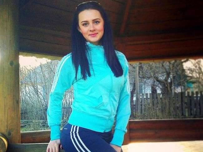 Ukrainian Woman Poses With Make Up Looted From MH17 Crash Site ad 1414908611