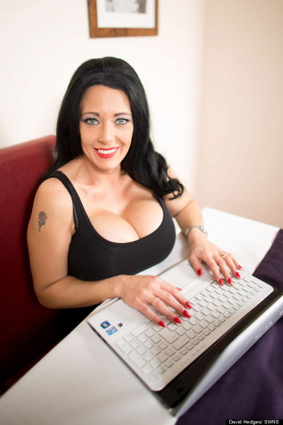 Meet Debbie Delamar, Proud Owner Of The UKs Biggest Boobs o DEBBIE DELAMAR FAKE BREASTS 570 2