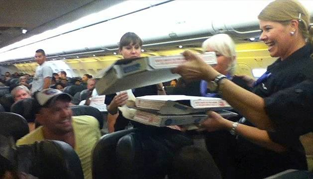 Pilot Buys Pizza For Every Passenger On Delayed Flight pizza