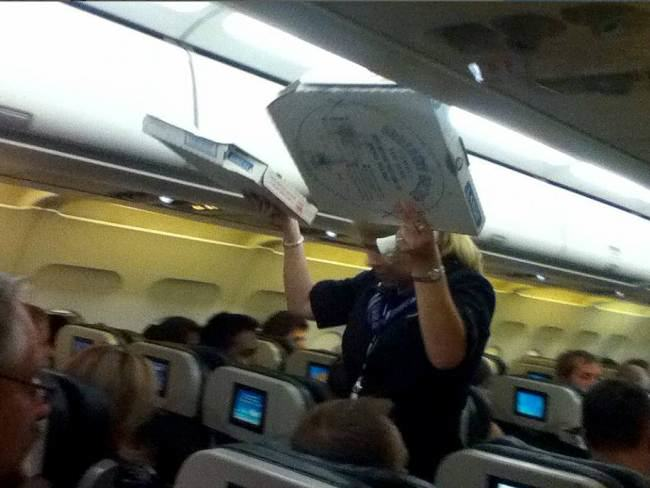 Pilot Buys Pizza For Every Passenger On Delayed Flight pizza2