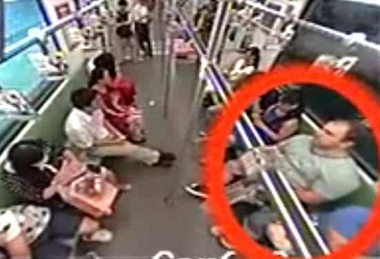 White Man Faints On Shanghai Train, Chinese People Run Away earberb