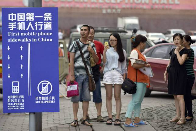 China Creates Separate Walking Lane For Smartphone Users ad 1459113091