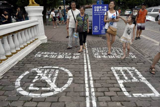 China Creates Separate Walking Lane For Smartphone Users ad 1459113561