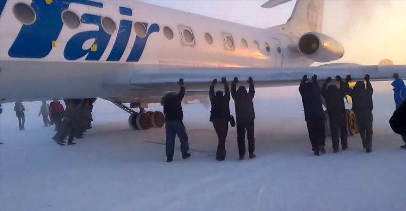 Russian Plane Passengers Forced To Push Plane In  59 Degree Weather 1160
