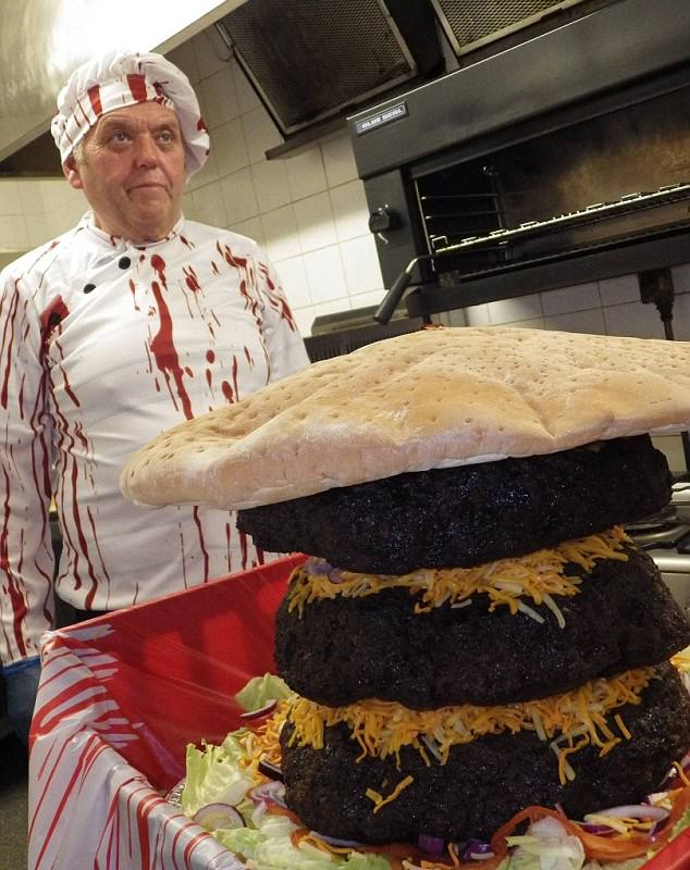 Pub Chef Creates 5 Stone Burger That Feeds 40 People burger 634x800