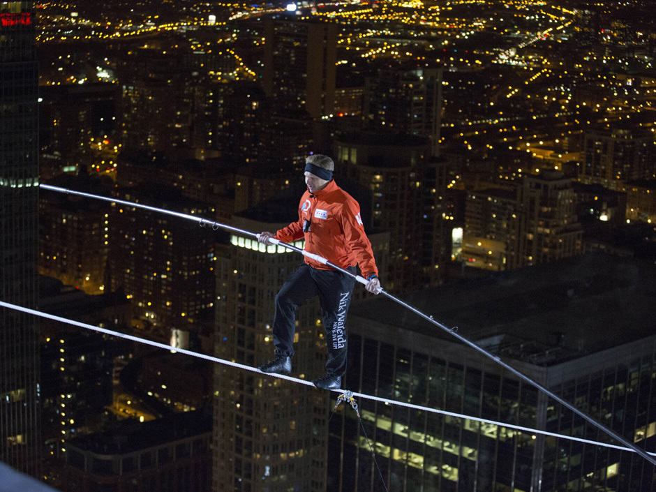Blindfolded Man Completes Tightrope Walk Between Two Chicago Skyscrapers nik wallenda side
