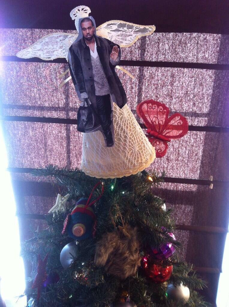 People Are Putting Kanye On Top Of Their Christmas Trees B4x4luvIQAIfWs8