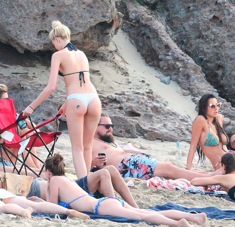 Leonardo DiCaprio Parties With Beach Full Of Girls In St. Barts ldicapriobeach010115 007 x17 480w