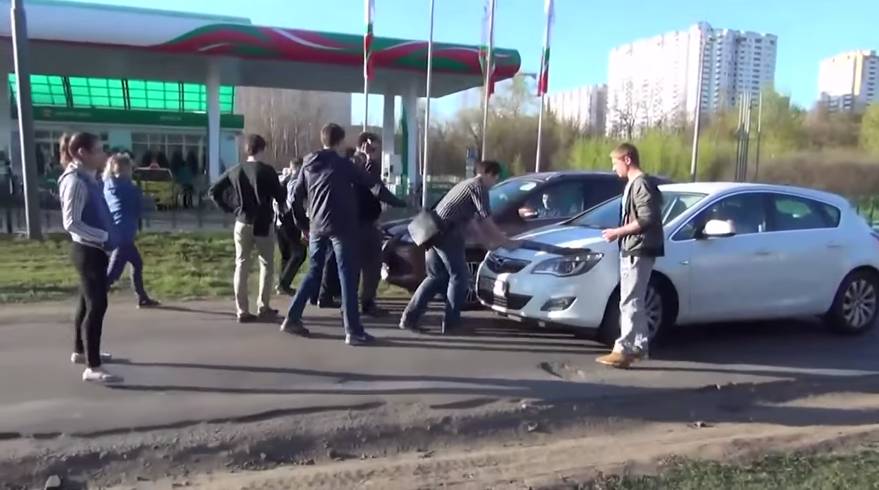 Group Of Teens Stop Idiot Drivers From Using Pavement Screen Shot 2015 02 06 at 11.23.51