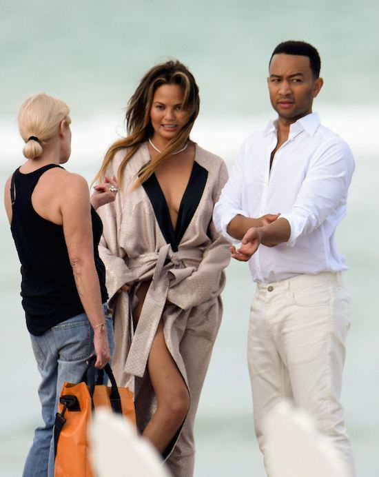 John Legends Girlfriend Chrissy Teigen Goes Fully Naked On Beach For Photoshoot girl31