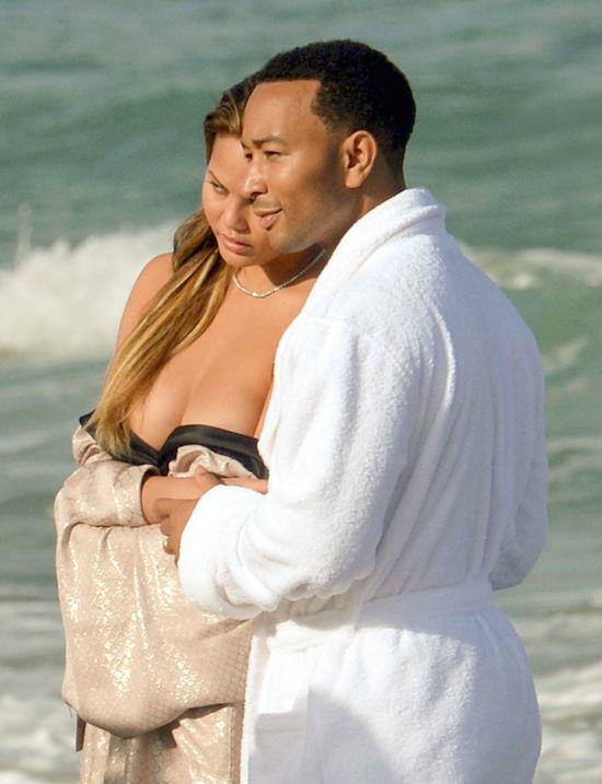 John Legends Girlfriend Chrissy Teigen Goes Fully Naked On Beach For Photoshoot girl41