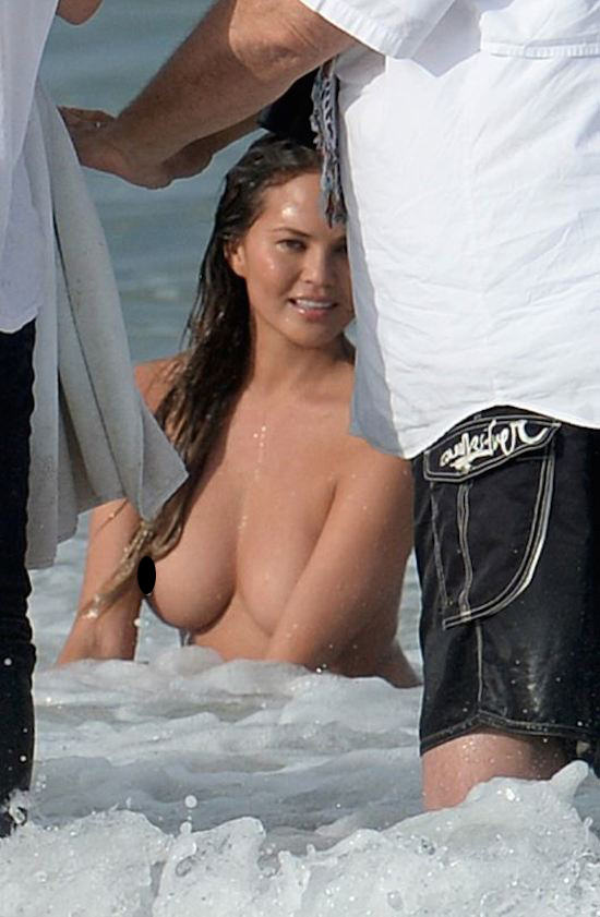 John Legends Girlfriend Chrissy Teigen Goes Fully Naked On Beach For Photoshoot girl51