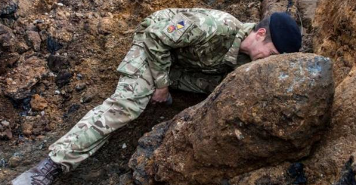 The Army Are Diffusing A Massive Bomb That Was Found In London Yesterday llkmn
