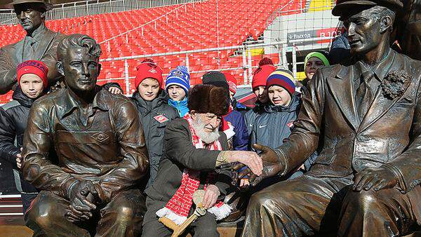 Russian Football Club Saves 102 Year Old Fan Who Lost His Life Savings otto2