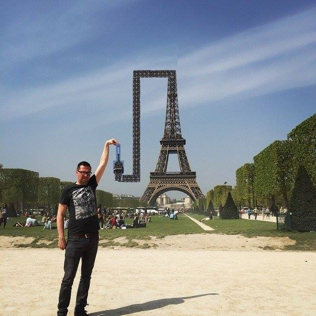This Guy Posing Next To The Eiffel Tower Is The Latest Internet Craze 312