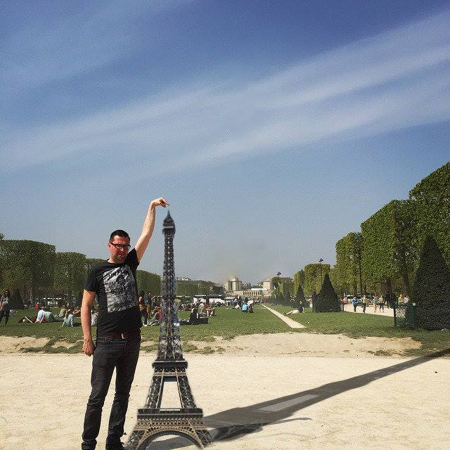 This Guy Posing Next To The Eiffel Tower Is The Latest Internet Craze 441