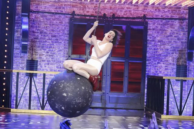 Anne Hathaway Lip Syncing To Miley Cyrus Is Both Brilliant And Very, Very Hot anne 640x426