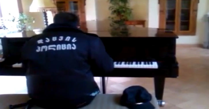Security Guard Plays The Piano Without Realising He Is Being Filmed And Is Amazing pianotn