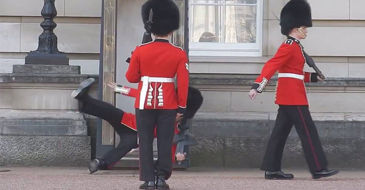 Queens Guard Lad Embarrassingly Falls Over In Front Of Everyone thumb1