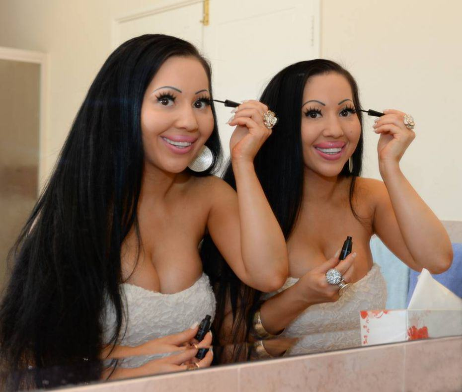 Meet The Worlds Most Identical Twins Who Share A Boyfriend twins
