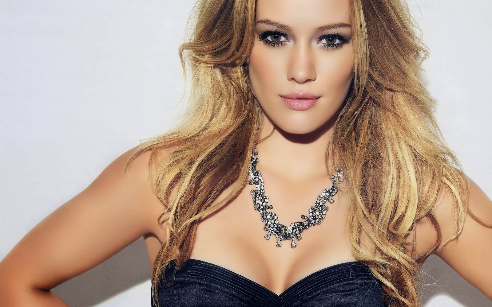 Hilary Duff Is On Tinder, But Not For The Reason All Guys Were Hoping duff