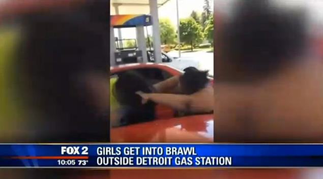 Girls Lose The Plot At Gas Station, Total Brawl Erupts gas