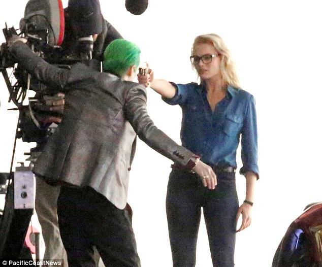 The Joker Looks Crazy As F*ck In These Suicide Squad Set Photos leto joker 10