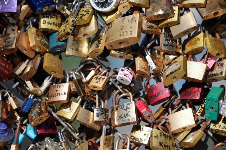 Paris Ban People From Making Love Locks, Romance Is Officially Dead love lock