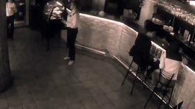 Waitress Knocks Man Out After He Gropes Her Bum russian