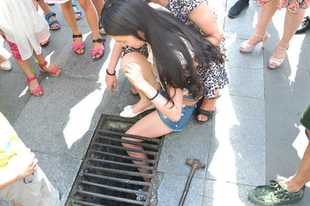 Girl Texting While Walking Falls And Gets Leg Stuck In A Grid 1104