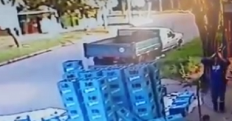 Beer Delivery Man Makes Epic Fail On First Day, Gets Sacked beer1