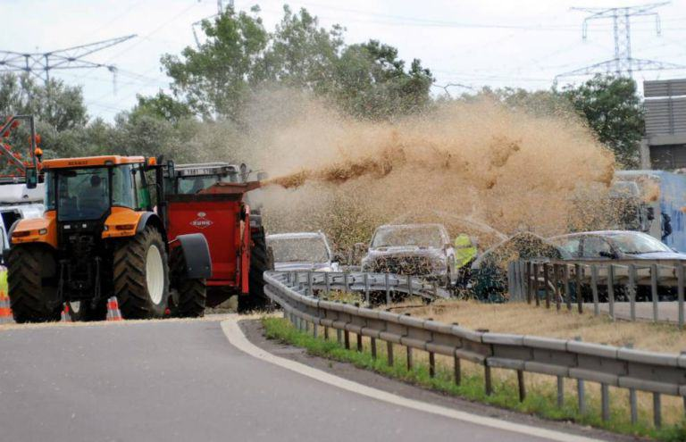 French Farmers Have Been Spraying Manure Everywhere In Massive Dirty Protest 55b89323f2052