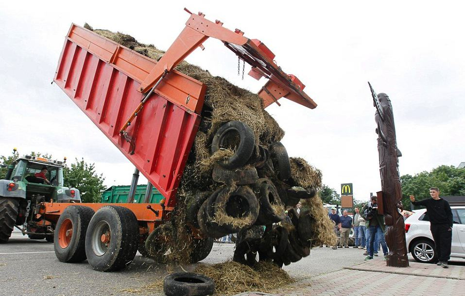 French Farmers Have Been Spraying Manure Everywhere In Massive Dirty Protest 55b8935a606ef