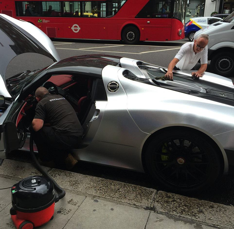 Rich Guy Gets £1m Car Cleaned On One Of Londons Busiest Roads 55b8a620ec84a