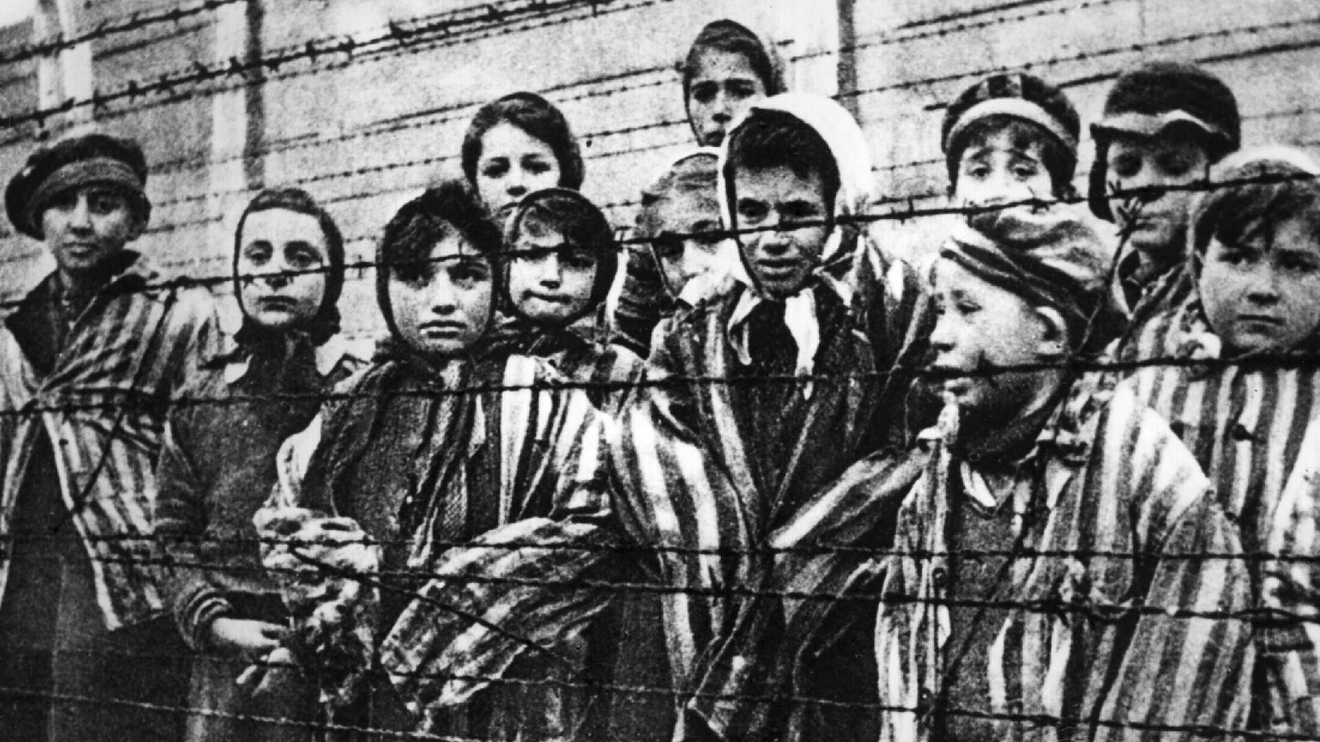 The 94 Year Old Bookkeeper Of Auschwitz Is Jailed For 4 Years For Helping Murder 300,000 Jews a 101 auschwitz 150126