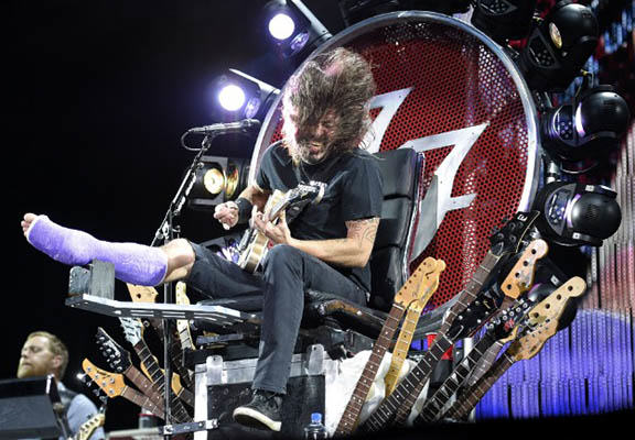 Dave Grohl Just Proved Why Hes The Coolest Guy In Rock grohl throne WEB