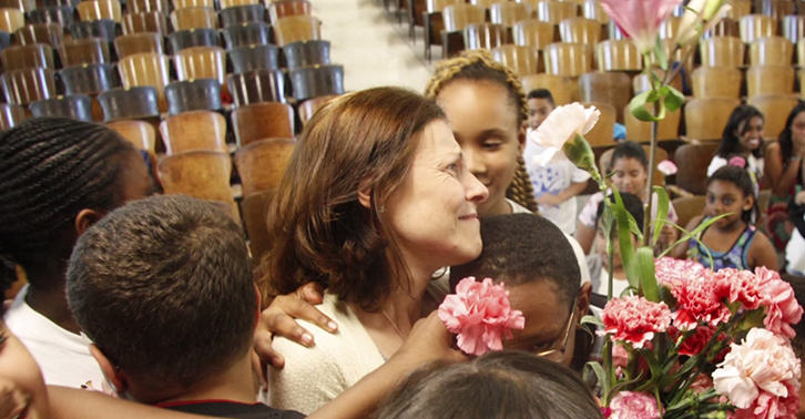 This Amazing School Choir Surprised Their Teacher After Her Cancer Diagnosis schoollllll